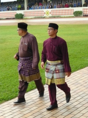 Men with three-quarter sarongs and songkoks