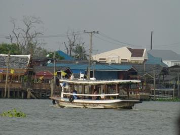Cross-river ferry to Koh Kret